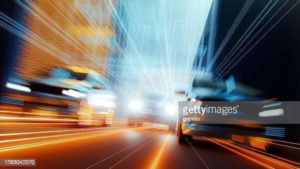 generisches rasende autos in futuristischer stadt - autosport stock-fotos und bilder