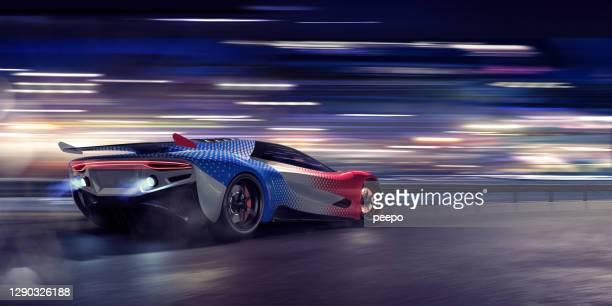 generieke sportwagen die zich bij hoge snelheid op een racetrack beweegt - autosport stockfoto's en -beelden