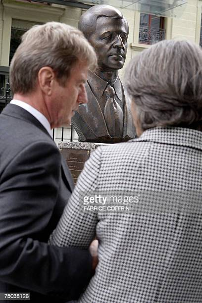 French Foreign Minister Bernard Kouchner speaks with Annie de Mello 05 July 2007 in front of a bust of late High Commissioner for Human Rights...