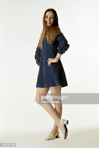 Genevieve Grad Poses In Studio En mai 1970 lors d'une séance de photographies de mode en studio l'actrice Geneviève GRAD souriante pose en robe courte