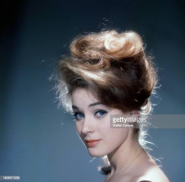 Genevieve Grad Poses In Studio Portrait de Geneviève GRAD cheveux relevés en chigon en hauteur
