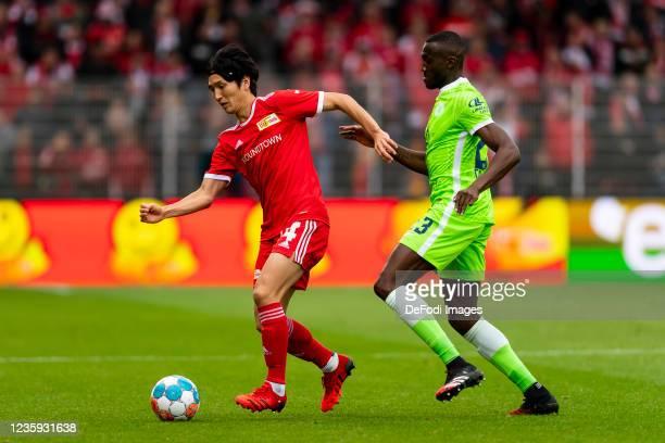 Genki Haraguchi of 1. FC Union Berlin and Josuha Guilavogui of VfL Wolfsburg battle for the ball during the Bundesliga match between 1. FC Union...