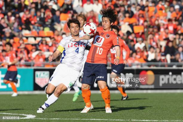 Genki Omae of Omiya Ardija and Hideomi Yamamoto of Ventforet Kofu compete for the ball during the JLeague J1 match between Omiya Ardija and Ventforet...