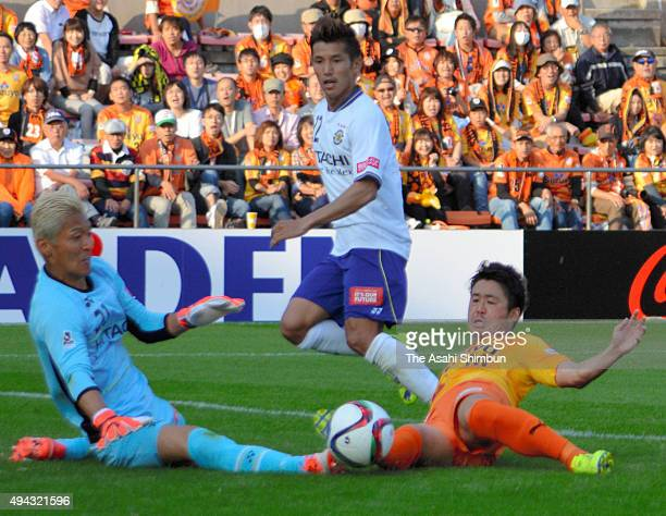 Genki Omae of Shimizu SPulse and Takanori Sugeno of Kashiwa Reysol compete for the ball during the J League match between Shimizu SPulse and Kashiwa...