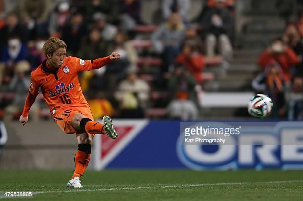Genki Omae of Shimizu SPulse scores his team's second goal from the free kick during the JLeague Yamazaki Nabisco Cup match between Shimizu SPulse...