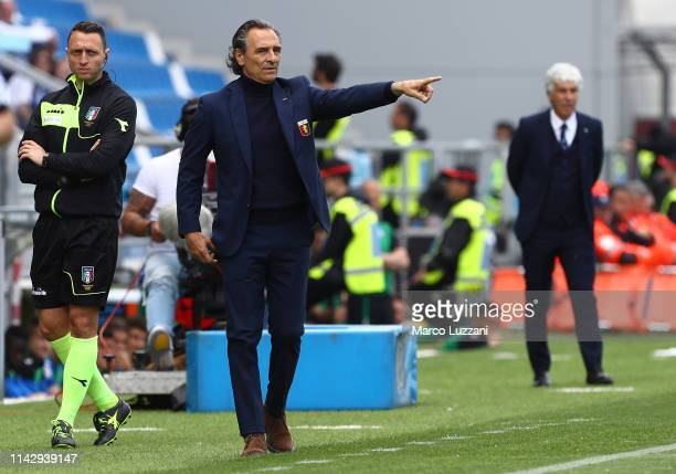Genoa CFC coach Cesare Prandelli issues instructions to his players during the Serie A match between Atalanta BC and Genoa CFC at Mapei Stadium Citta...