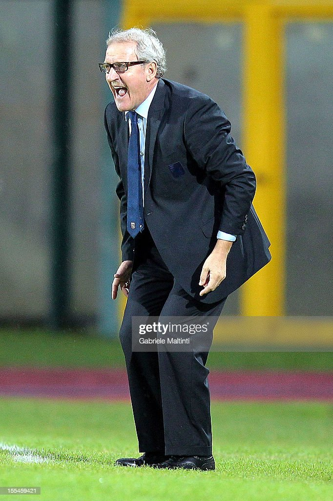 Genoa head coach Luigi Del Neri shouts instructions to his players during the Serie A match between AC Siena and Genoa CFC at Stadio Artemio Franchi on November 4, 2012 in Siena, Italy.