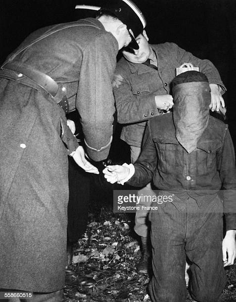 A genoux devant le poteau d'exécution le condamné a les yeux bandés à Rennes France en 1945