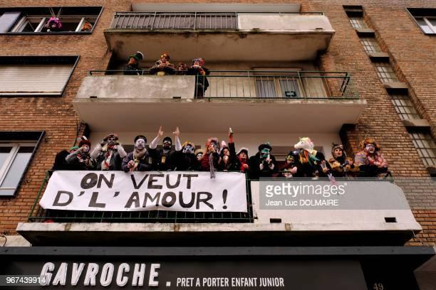 Gens déguisés au balcon d'un immeuble et banderole ''On veut de l'amour'' lors du carnaval de Dunkerque le 25 février 2017 France