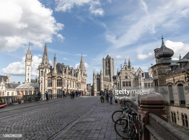 ベルギー、レイエ川の向こう側から見てゲント センター スカイライン - ベルギー ゲント ストックフォトと画像