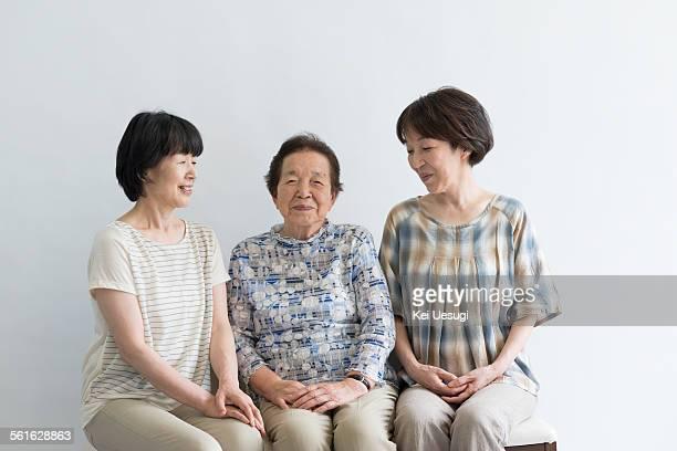 gentle peoples - crèmekleurige broek stockfoto's en -beelden