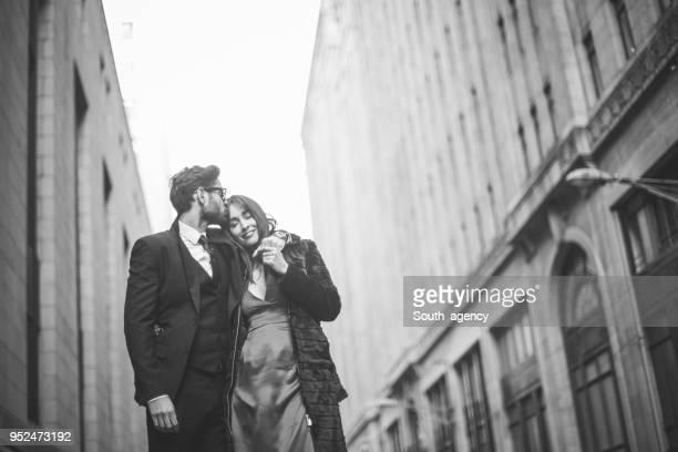 gentleman und eine schöne frau - elegante kleidung stock-fotos und bilder