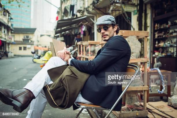Caballero sentado en silla