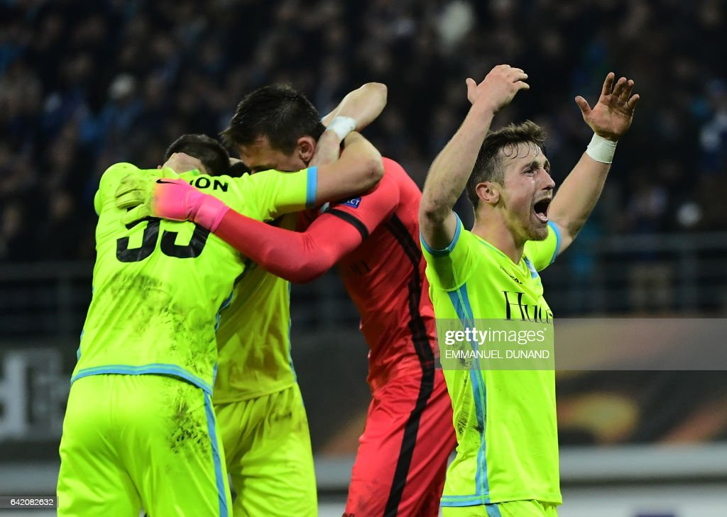 Gent's Brecht Dejaegere (R) and teammates celebrate after winning the UEFA Europa League match between KAA Gent and Tottenham Hotspur at the Ghelamco Arena on February 16, 2017 in Ghent. Gent won 1-0. / AFP / EMMANUEL