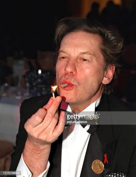 Genußvoll zelebriert Schauspieler Helmut Berger das Anzünden seiner Zigarette am 21.2.1998 auf dem Frankfurter Opernball. Zu dem rund 1,4 Millionen...