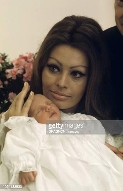 Genève Suisse Janvier 1969 Le baptème de Carlo PONTI Jr le premier enfant de Sophia LOREN né le 29 décembre 1968 à l'hôpital cantonal de Genève Pour...
