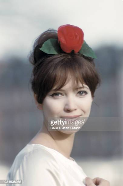 Genève Suisse mars 1961 Portrait de l'actrice Anna KARINA souriante une rose dans les cheveux qui vient de se marier avec JeanLuc Godard