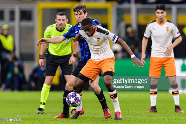 Geoffrey Kondogbia of Valencia battles for the ball with Marten de Roon of Atalanta during the UEFA Champions League round of 16 first leg match...