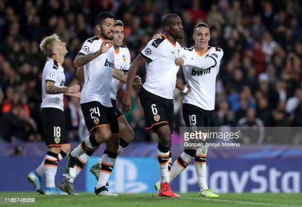 Geoffrey Kondogbia of Valencia celebrates with teammates Rodrigo Moreno, Ezequiel Garay and Daniel Wass after scoring his team's third goal during...