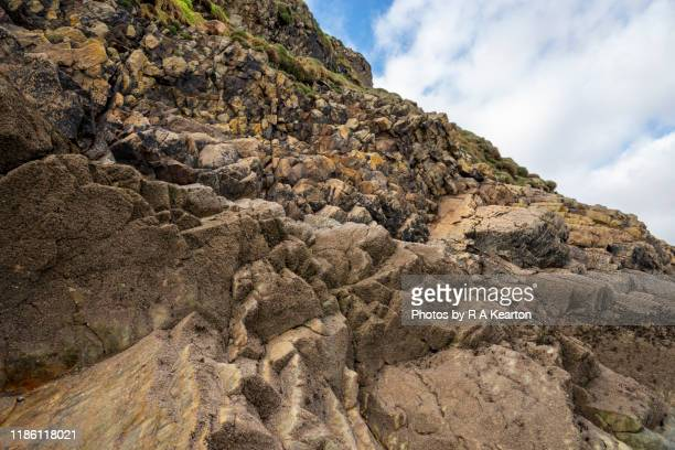 geology at criccieth beach, north wales - cliff stock pictures, royalty-free photos & images