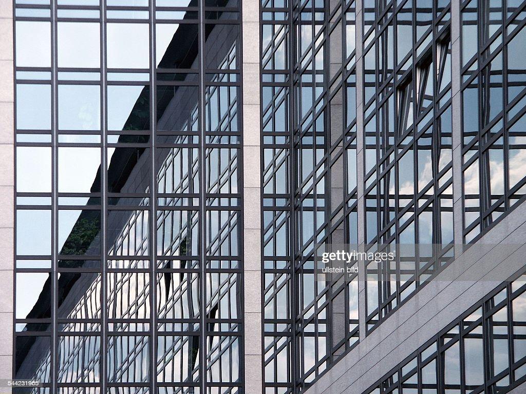 Geometrische Architektur Vertikal Und Horizontale Profil Fenster Glas Fassade Eines Buero Hauses In Stuttgart