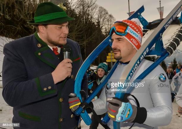 Georg Hackl mit Naturschlitten auf den Schultern beim Interview waehrend der BMW Sliding Challenge an der alten Rodelbahn am Vorderbrand am 28 Januar...