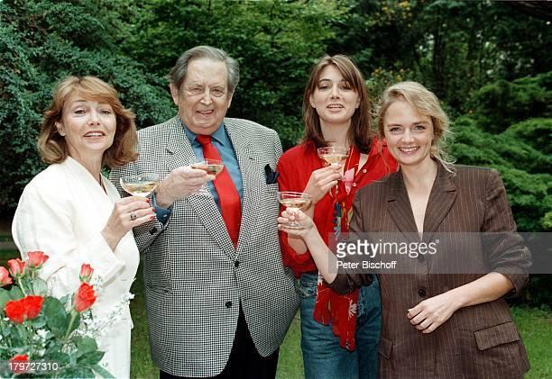 Georg Marischka, Ehefrau;Ingeborg Schöner und die beiden Töchter;Nicole und Juliette stießen mit Champagner;auf das Geburtstagskind an,...