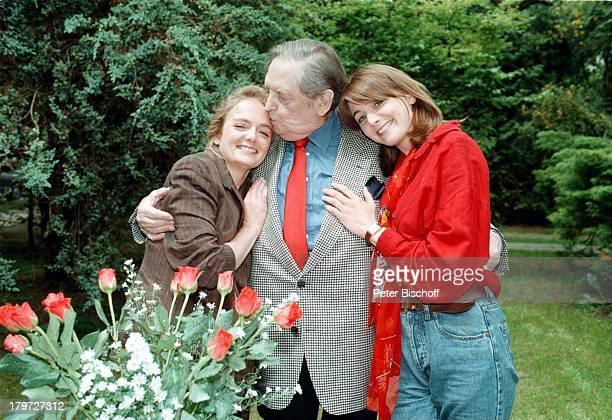 Georg Marischka mit seinem ganzen Stolzdie beiden Töchter Juliette undNicole Rosen Garten