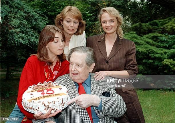 Georg Marischka mit seinerGeburtstagsTorte Ehefrau Ingeborg Schöner und diebeiden Töchter Nicole und Juliette Homestory München Garten