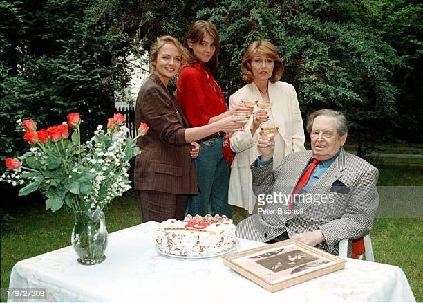 Georg Marischka, seine beiden;Töchter Juliette, Nicole sowie Ehefrau;Ingeborg Schöner stießen mit Champagner;auf das Geburtstagskind an,...
