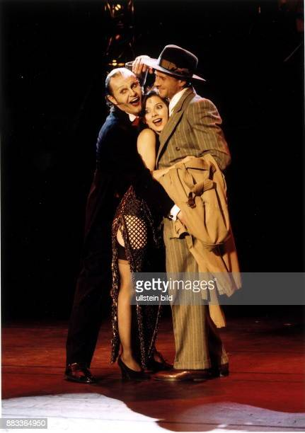 Georg Preusse als Conferencier Vasiliki Roussi als Sally Bowles und Daniel Morgenroth als Clifford Bradshaw in 'Cabaret' Theater am Kurfürstendamm R...