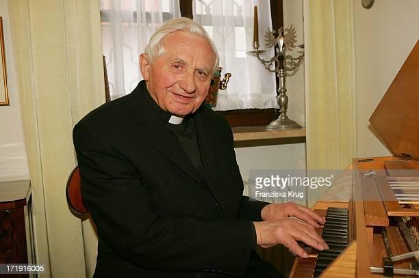 Georg Ratzinger Spielt Auf Seinem Spinett In Seinem Haus In Regensburg