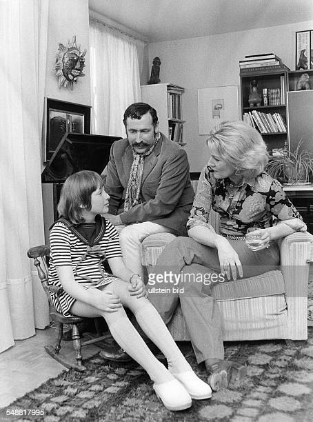 Georg Stefan Troller * Journalist Author USA with wife Davina and daughter Fenn in his appartement in Paris 1974