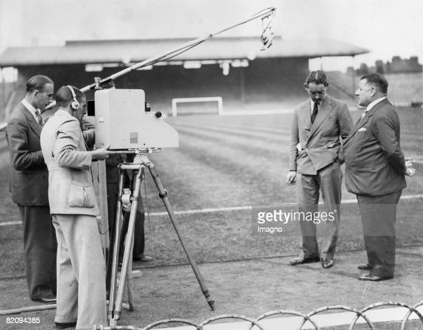 George Allison manager of the soccer club Arsenal is interviewed for tv Photograph 1937 [George Allison Manager des Fuballklubs Arsenal wird von...