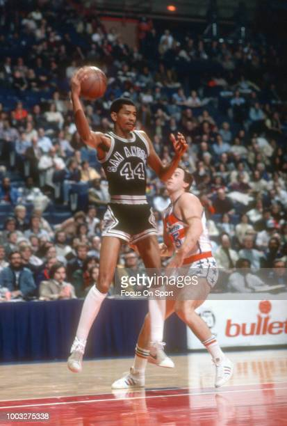 George Gervin of the San Antonio Spurs in action against the Washington Bullets during an NBA basketball game circa 1980 at the Capital Centre in...