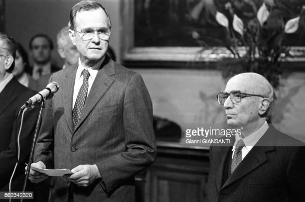 George H W Bush en compagnie du ministre des affaires étrangères Emilio Colombo lors d'une conférence de presse à l'ambassade américaine à Rome le 7...