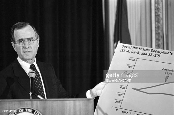George H W Bush lors d'une conférence de presse à l'ambassade américaine à Rome le 7 février 1983 Italie