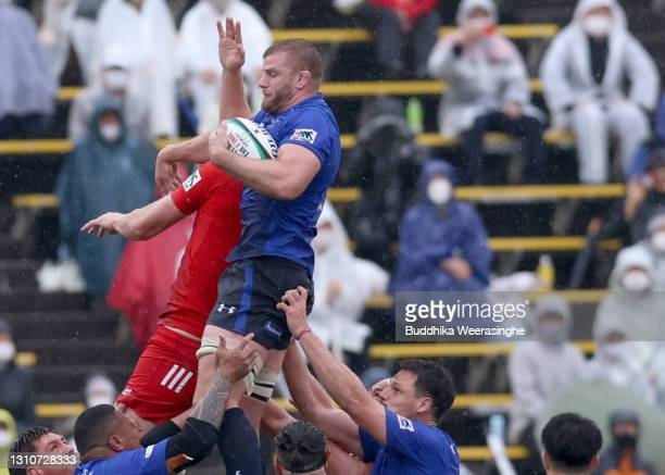 George Kruis of Panasonic Wild Knights win the line out ball during the Top League match between Kobelco Steelers and Panasonic Wild Knights at Kobe...