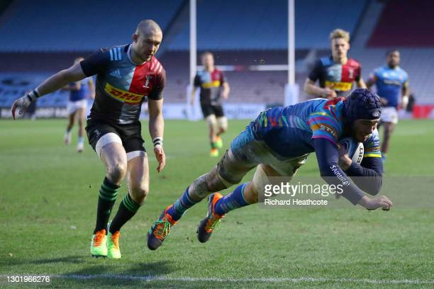 George Martin of Leicester Tigers beats Mike Brown of Harlequins to dive over and score a try during the Gallagher Premiership Rugby match between...
