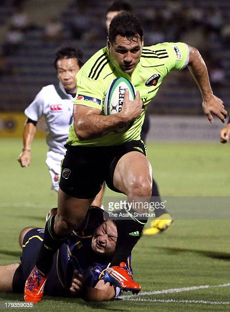 George Smith of Suntory Sungoliath runs with the ball to score a try during the Japan Rugby Top League match between Suntory Sungoliath and NTT...