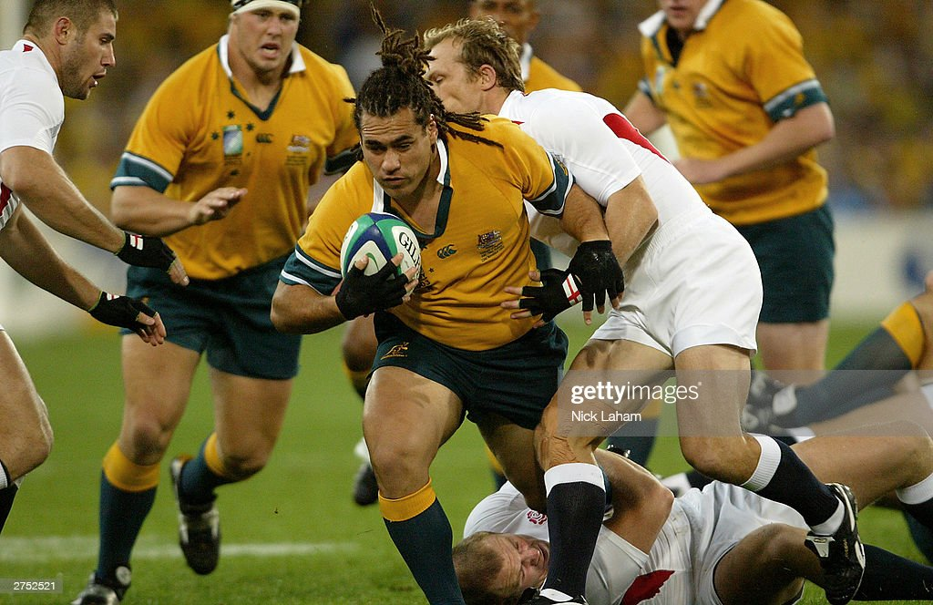 George Smith of the Wallabies drives forward : News Photo
