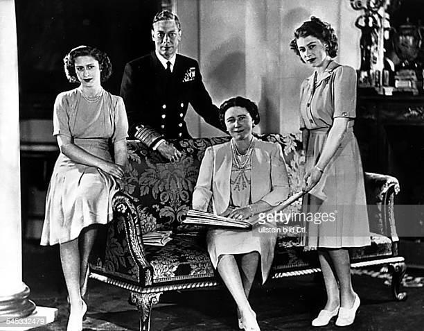 George VI. König von Grossbritannien und Nordirland von 1936-1952 der König mit Ehefrau Elisabeth sowie den Töchtern Elisabeth und Margaret Rose -...
