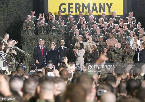 George W Bush Präsident USA Republikaner mit Ehefrau Laura zu Besuch bei den amerikanischen Truppen auf dem Army Airfield in Wiesbaden Deutschland