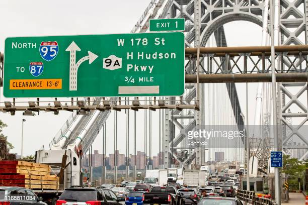 george washington bridge rush hour traffic going in to new york city - george washington bridge stock pictures, royalty-free photos & images