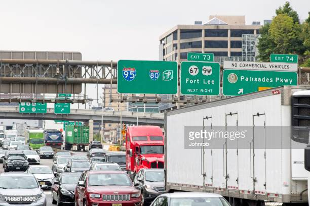 george washington bridge rush hour traffic going in to new york city and out to fort lee new jersey. - george washington bridge stock pictures, royalty-free photos & images