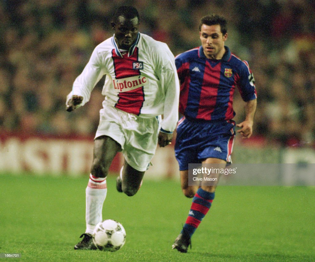 George Weah of Paris St Germain and Sergi of Barcelona : News Photo