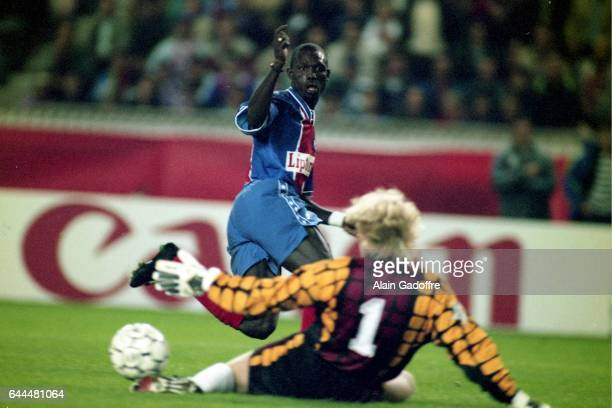 George WEAH / Oliver KAHN - - PSG / Bayern Munich - Phase de Poule de la Champions League 1994/1995 - Parc des Princes - Paris - Photo : Alain...