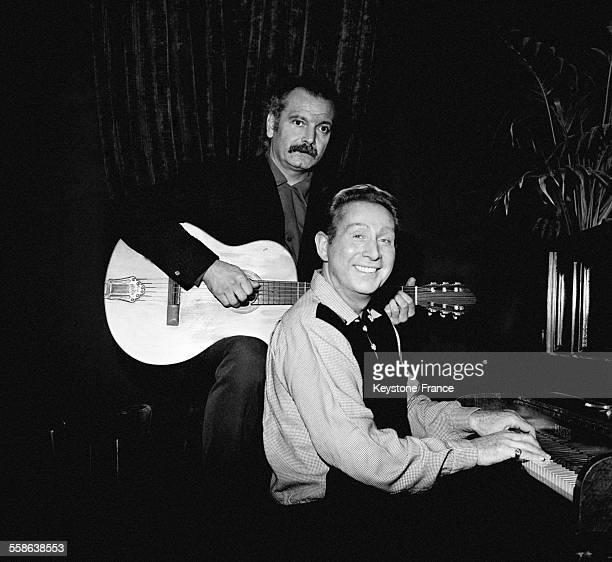 Georges Brassens et Charles Trénet, deux copains photographiés pendant une séance de travail, en France le 14 décembre 1965.
