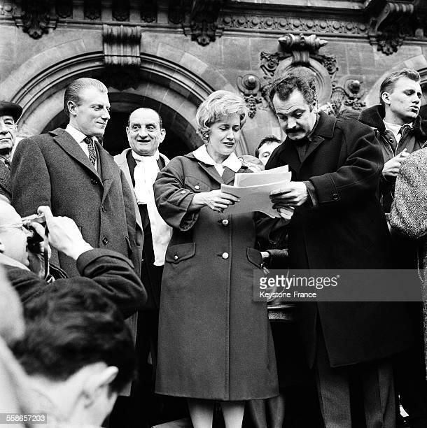 Georges Brassens signe la pétition destinée à obtenir la grâce de Caryl Chessman condamné à mort aux EtatsUnis manifestation que Georgie Viennet...