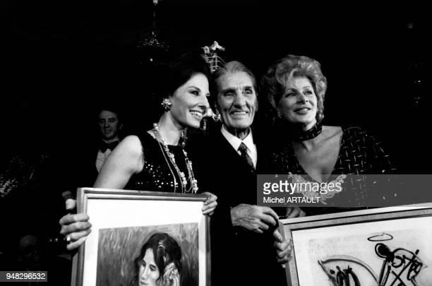 Georges Carpentier fêtant ses 80 ans entouré des speakerines Denise Fabre et Jacqueline Huet à Paris en France